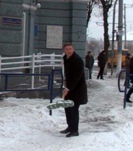 Юрий Моисеев разбрасывает снег на Михайловской