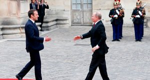 """VERSAILLES, FRANCE - MAY 29:  French President Emmanuel Macron welcomes Russian President Vladimir Putin prior to their meeting at """"Chateau de Versailles"""" on May 29, 2017 in Versailles, France. Putin is visiting France for talks with Macron, in the wake of the G7 summit,  with the Ukrainian crisis, the war in Syria and Russia's ties with the EU expected to be on the agenda.  (Photo by Chesnot/Getty Images)"""