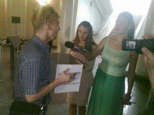 Кузнецов объясняет журналистам причины акции